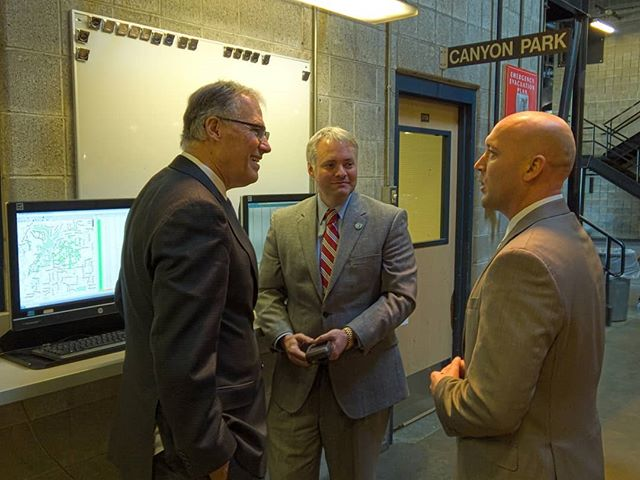 Governor Inslee talks about delivery vehicle fleet electrification with representatives of UPS #CapturedByLight