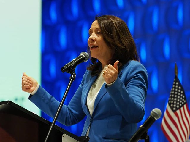U.S. Senator Maria Cantwell addresses the Washington State Democrats' 2018 Grand Apple Gala Banquet