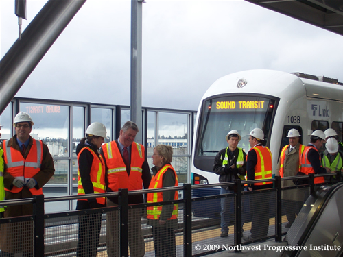 Senator Murray and Mayor Nickels talk on the SeaTac Station platform
