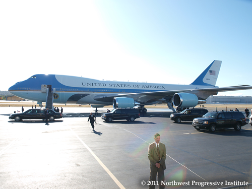 Motorcade pulls up to Air Force One